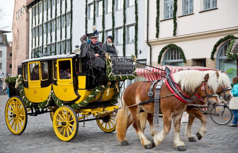 Нюрнберг, Германия, 3 декабря. Почтовая карета, являющаяся экспонатом Музея транспорта, едет по «старому городу». Фото: DANIEL KARMANN/AFP/Getty Images