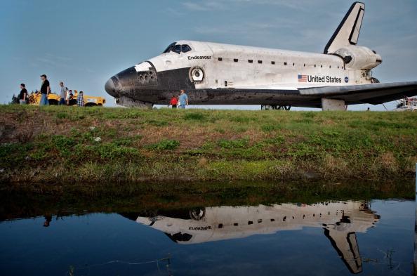 Шаттл «Индевор» транспортируется в ангар. Фото: Roberto Gonzalez/Getty Images