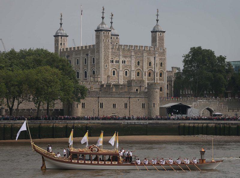 Лондон, Англия, 27 июля. Королевская баржа «Глориана» с олимпийским огнём плывёт по Темзе мимо Тауэра на церемонию открытия Олимпиады. Фото: Peter Macdiarmid/Getty Images