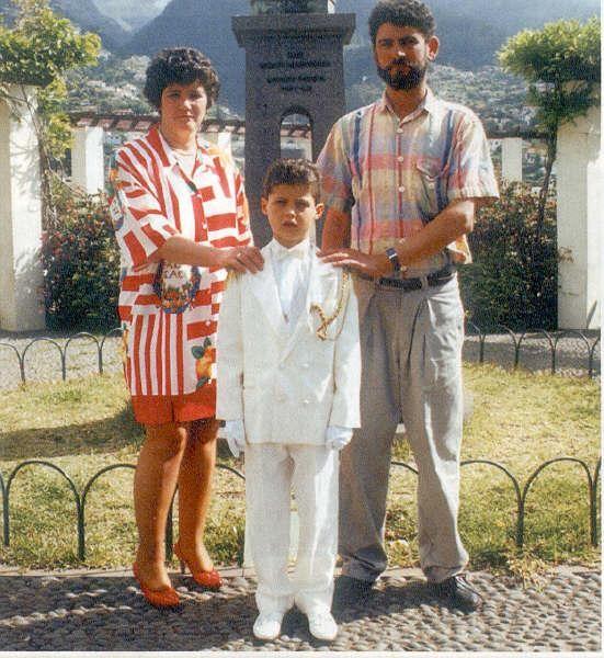 Криштиану Роналду в юности, с родителями. Фото: redevils.ru