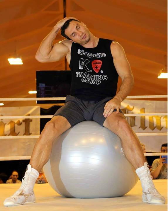 Володимир Кличко на тренуванні в тенісному залі готелю Stanglwirt після чотирьох раундів спарингів з Джонатаном Бенксі. Фото: allboxing.ru