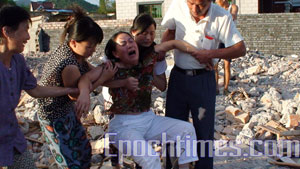 Семья Е Цзиньди пыталась защитить свои законные права, но, несмотря на это, их дом  был снесен. Когда Е Цзиньди вернулась домой, она горько заплакала, увидев, что ее дом разрушен. Фото: Великая Эпоха