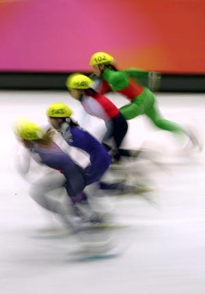 Юлія Елсакова із Білорусії, Мі Рі Хуанг із КНДР, Сун Ю Джін із Кореї та Сара Ліндсей із Великобританії у фінальному заїзді на ковзанах на дистанції 500 метрів. Фото: Al Bello/Getty Images