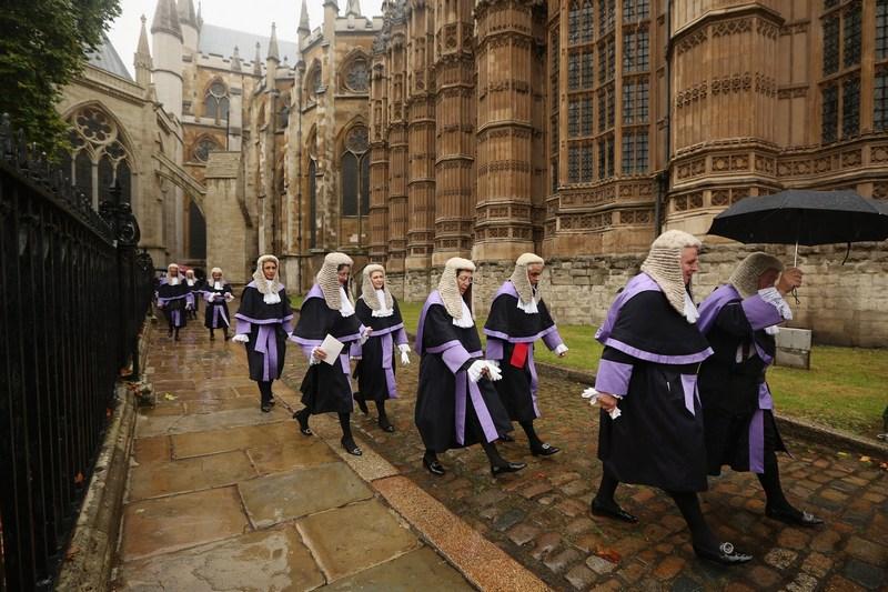 Лондон, Англия, 1 октября. Судьи идут из Вестминстерского аббатства в здание парламента на церемонию, посвящённую Дню благодарения. Фото: Oli Scarff/Getty Images