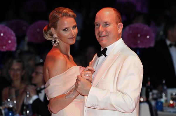 Принц Монако Альберт II зі своєю нареченою Шарлін Уітсток відвідали Телевізійний фестиваль у Монте-Карло. Фото: CHRISTIAN ALMINANA/AFP/Getty Images