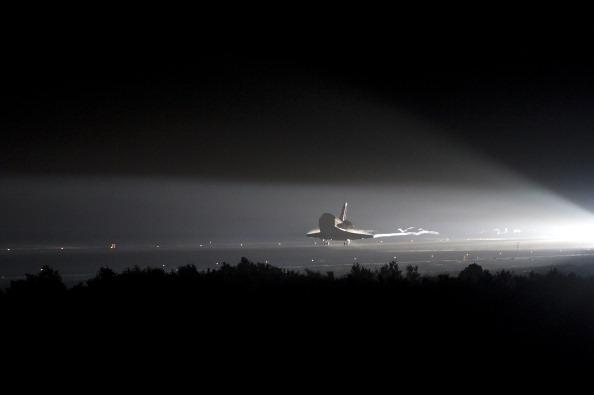 Шаттл «Индевор» совершает посадку на взлетно-посадочную полосу Космического центра Кеннеди. Фото: Bill Ingalls/NASA Via Getty Images