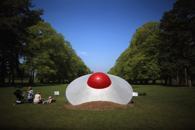 Натсфорд, Англия, 21мая. Скульптура Дина Ли «Беспокойство» в виде потерпевшей крушение летающей тарелки представлена в парке Таттон в рамках арт-биеннале «Полёт фантазии». Фото: Christopher Furlong/Getty Images
