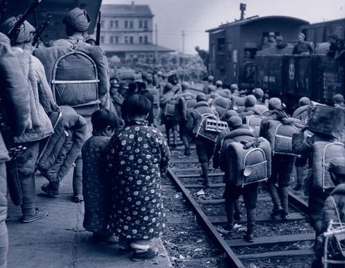 Солдаты армии Гоминдана по железнодорожным путям идут в Шанхай. Город Нанкин. Ноябрь 1948 год. Фото с aboluowang.com