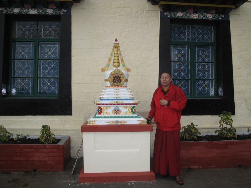 Це район Кансі, де розташований уряд Тибету у вигнанні. У ньому працює цей чернець як представник від релігії бон. Фото: Ігор Борзаковський/Велика Епоха