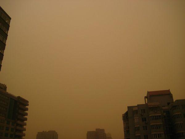 Пекин накрыла сильная пылевая буря. Фото: China Photos/Getty Images