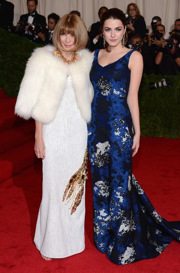 Анна Винтур в платье Prada с дочерью Би Шеффер в платье Erdem. Фото: Dimitrios Kambouris/Getty Images