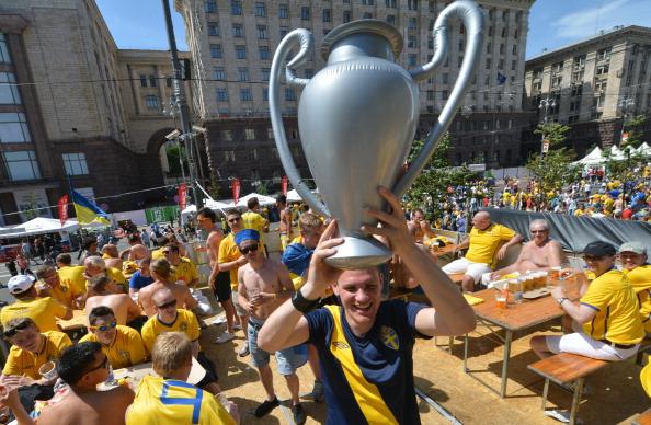 Шведский фан держит в руках надувной трофей в фан-зоне в Киеве 11 июня 2012 года. Фото: SERGEI SUPINSKY/AFP/GettyImages