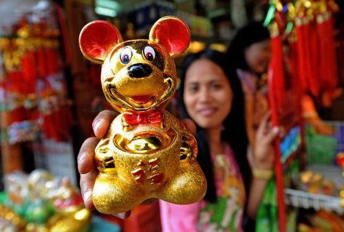 Манила (Филиппины). Перед наступлением года Крысы, повсюду продают позолоченные фигурки мышей. Фото: JAY DIRECTO/AFP/Getty Images