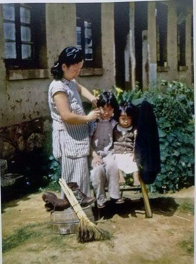 Жінка з дітьми в місті Куньмін. Провінція Юньнань в 1945 році