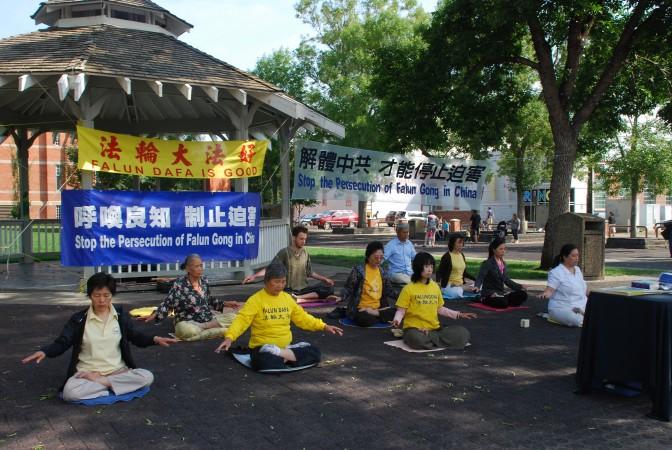 Эдмонтон, Канада. День памяти погибших от репрессий практикующих Фалунь Дафа. Фото: Великая Эпоха