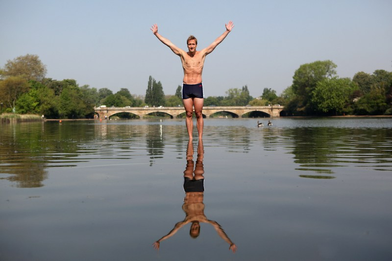 Лондон, Англия, 23мая. Телеведущий Бен Фогл объявляет на озере Серпентайн в Гайд-парке о намерении пересечь вплавь Атлантический океан в следующем году. Фото: Oli Scarff/Getty Images