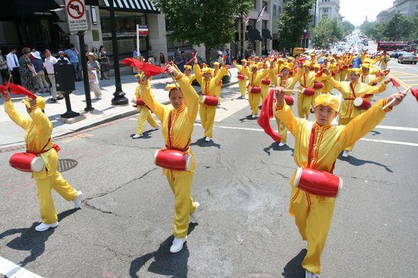 Колонна китайских барабанщиков. 18 июля. Вашингтон. Фото: Дай Бин