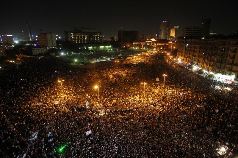 Каир, Египет, 2 июня. Тысячи протестующих собрались на площади Тахрир, чтобы выразить неодобрение решению суда — пожизненному тюремному заключению для бывшего президента страны Хосни Мубарака. Фото: MOHAMMED ABED/AFP/GettyImages