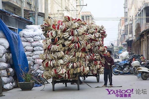 Повсюду на улицах и во дворах можно увидеть груды мешков с электронным мусором. Район города Шаньтоу провинции Гуандун. Фото с aboluowang.com