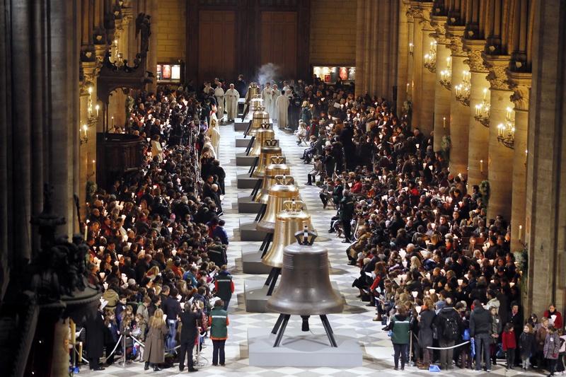 Париж, Франция, 2 февраля. Собор Парижской Богоматери к 850-летию получил подарок — 9 новых колоколов. Самый большой колокол «Мария» весит 6 тонн и звучит на ноте соль-диез. Фото: KENZO TRIBOUILLARD/AFP/Getty Images