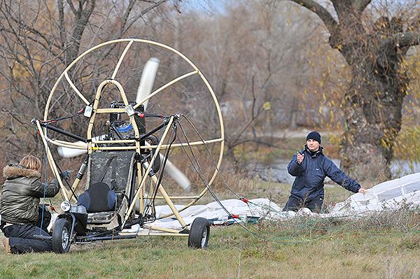 Приготовление паротрайка к полету. Фото: Владимир Бородин/The Epoch TimesУкраина
