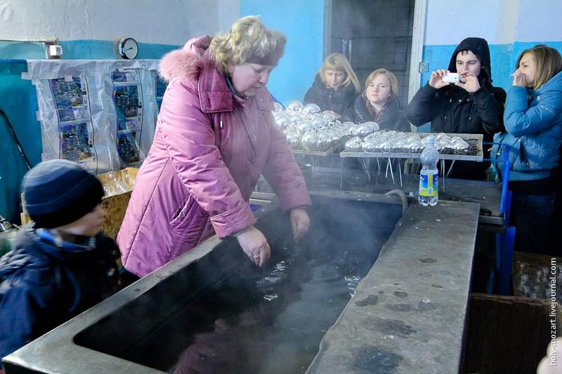 Раствор взбалтывается так, чтобы он покрыл всю поверхность стекла. Затем шары опускают в ванну с водой, нагретой до 40-50 градусов по Цельсию. И так несколько раз. Фото: holy-mozart.livejournal.com