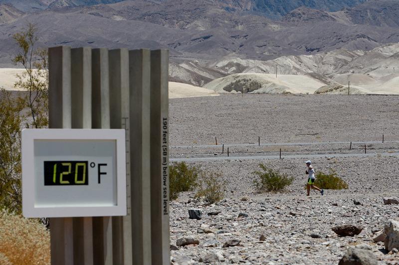 Долина Смерти, штат Калифорния, США, 15 июля. Спортсмен участвует в ежегодном безостановочном марафонском забеге на 135 миль (217 км). Температура «за бортом» — «всего» 49 °С. Фото: David McNew/Getty Images