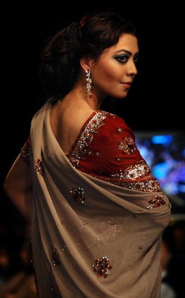 Презентация коллекции от Shazia на Неделе моды 2010 в Лахоре. Фото Arif Ali/AFP/Getty Images