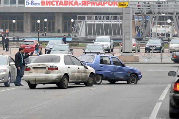 Таврия продолжает преследовать Дэу с грабителем на пересечении улиц Рогнединской и Эспланадной. Фото: Владимир Бородин/The Epoch Times Украина