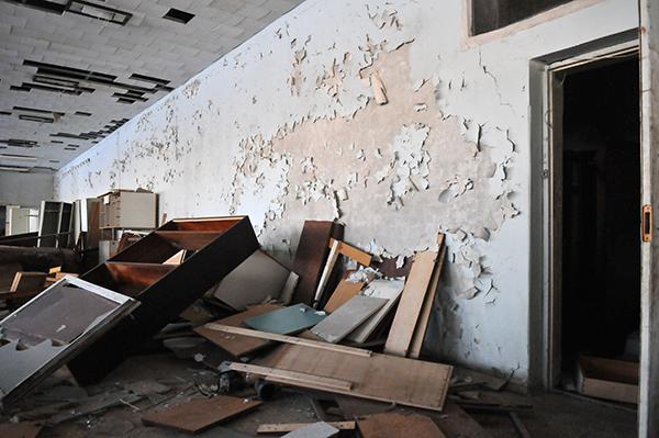Облезшие стены в здании Припяти. Фото: Владимир Бородин/The Epoch Times