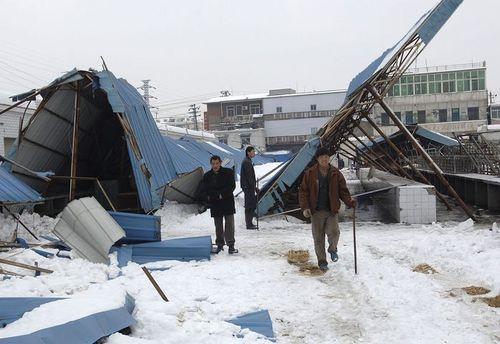 26 января, г.Хэфэй. Обрушившийся от непогоды железный навес. Фото: AFP