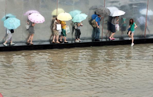 По тротуару не пройти. г. Ухань, провинция Хубэй. Фото: ChinaFotoPress/Getty Images