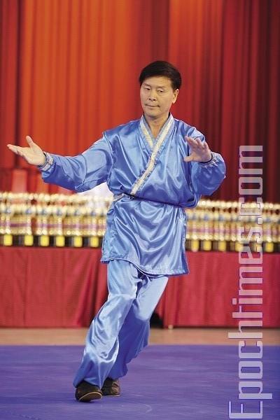 Председатель комиссии Ли Юфу продемонстрировал «быстрый шаг тайцзи», который публика увидела впервые. Фото: Лянь Ли. Председатель комиссии Ли Юфу продемонстрировал «быстрый шаг тайцзи», который публика увидела впервые. Фото: Лянь Ли. The Epoch Times
