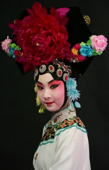 Модель в одежде и с гримом китайской национальной оперы. Пекин, 25 февраля 2005 г. Фото: Getty Images