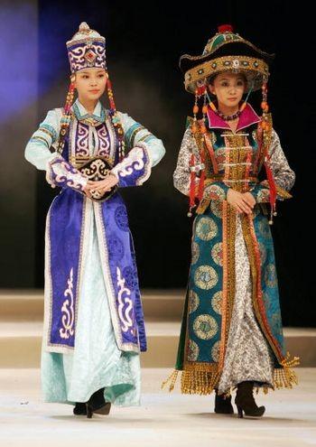Модели в китайских национальных костюмах. Пекин, 10 марта 2005 г. Фото: Getty Images