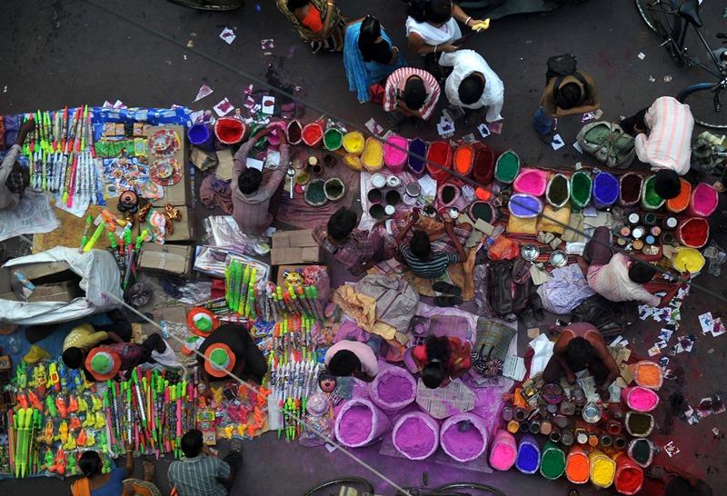 Сілігурі, Індія, 26 березня. Торговці продають різнобарвну пудру, відому як «гулу», для фестивалю фарб Холі. Фото: DIPTENDU DUTTA/AFP/Getty Images
