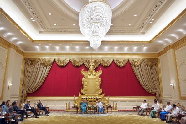 Президент М'янми Тейн Сейн провів зустріч з держсекретарем США Хілларі в адміністрації президента в Нейпьідо. М'янма, 1 грудня 2011 року. Фото: Saul Loeb/Getty Images