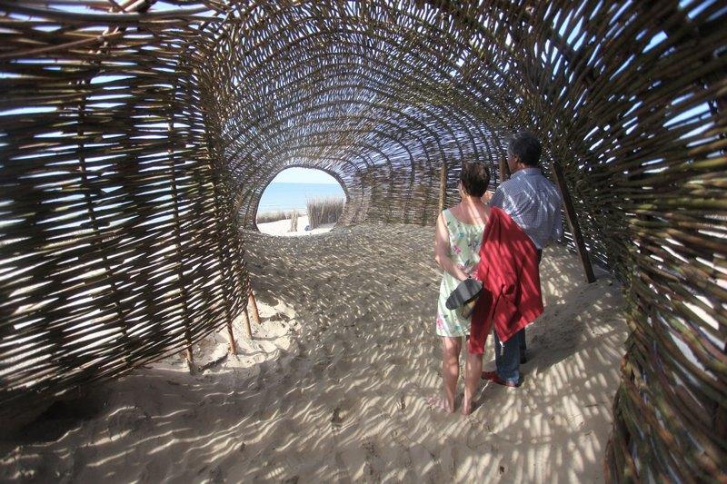 Вендуин, Бельгия, 23 июля. Работа Марко Касагранде «Песчаный червь» установлена на побережье в рамках выставки Beaufort 04. Фото: Mark Renders/Getty Images