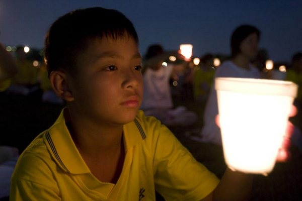 Церемонія із запаленими свічками біля монумента Вашингтона. Фото з сайту ru-enlightenment.org