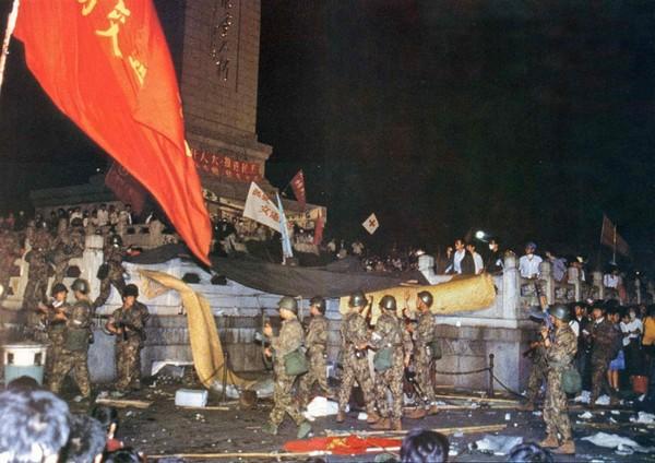 В 5 часов утра 4 июня солдаты отряда специального назначения в камуфляжной форме