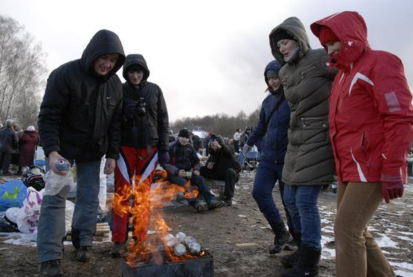 Некоторые отдыхающие пришли на праздник во все оружия,прихватив даже мангал и картошку. Фото: Владимир Бородин/The Epoch Times Украина