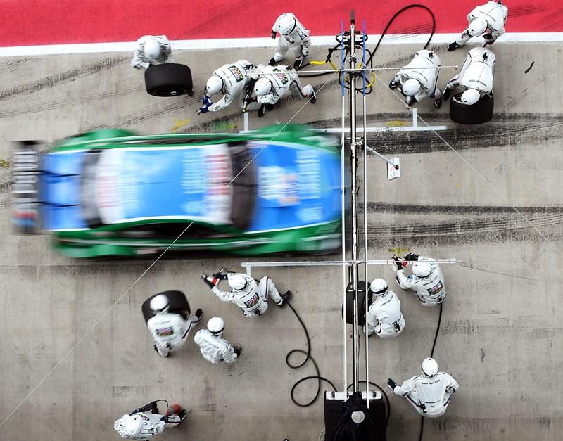 Спілберг, Австрія, 1 червня. Команда механіків готується до піт-стопу автогонщика Аугусто Фарфус під час тренувального заїзду на трасі «Red Bull Ring» перед третім етапом гонки DTM. Фото: Lars Baron/Bongarts/Getty Images