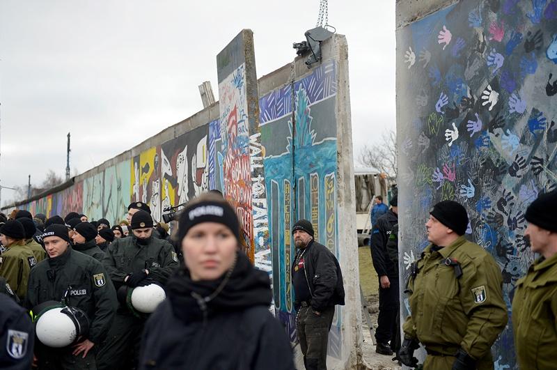 Сотні німців простують проти знесення залишків Берлінської стіни. Фото: ODD ANDERSEN/AFP/Getty Images
