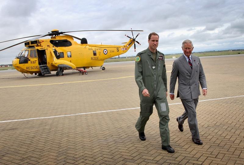 Остров Англси, северный Уэльс, 9 июля. Принц Уильям (слева) продемонстрировал своему отцу, принцу Чарльзу, с борта спасательного вертолёта территорию Королевской военно-воздушной базы. Фото: Chris Jackson/AFP/GettyImages