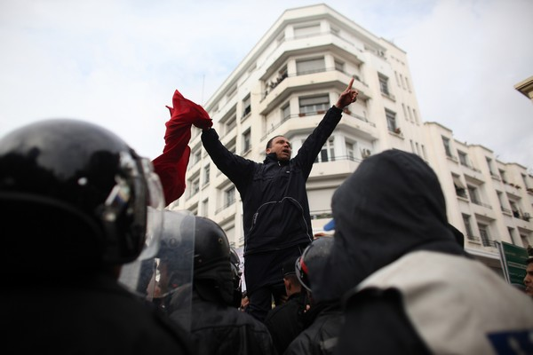 У Тунісі тривають масові акції протесту проти прихильників екс-президента-диктатора Бен Алі. Фото: Christopher Furlong/Getty Images