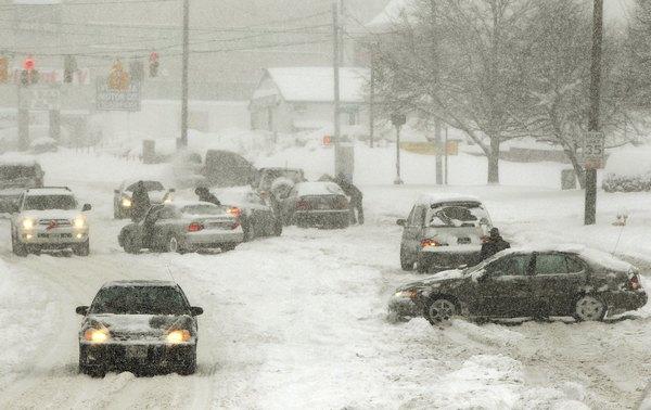 Снежный шторм прошёл на территории десятков штатов США: пять человек погибли.Фото: Win McNamee/Getty Images