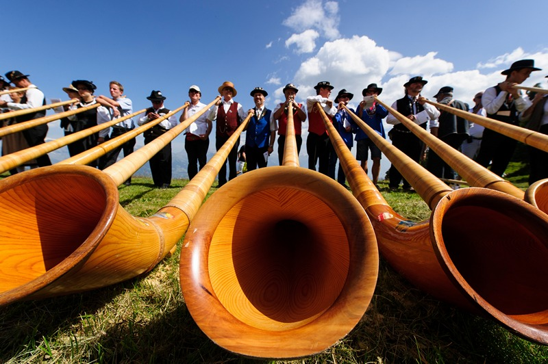 Нанда, Швейцария, 28 июля. Ежегодный международный фестиваль игры на альпийском роге собрал около 150 участников. Фото: Harold Cunningham/Getty Images