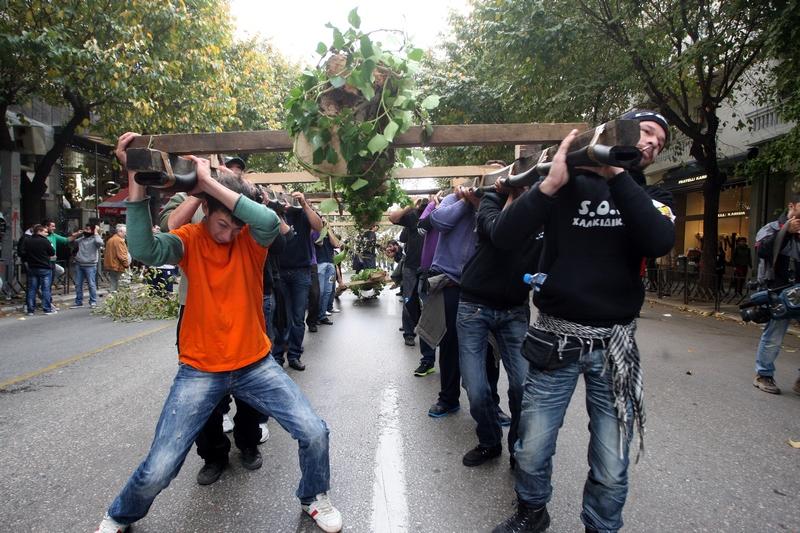 Салоніки, Греція, 24листопада. Демонстранти несуть зрубані дерева, протестуючи проти планів канадської фірми Eldorado Gold, яка збирається почати розробку золота на півночі країни. Фото: SAKIS MITROLIDIS/AFP/Getty Images