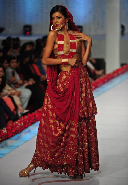 Показ коллекции от Reem Abbasi Пакистанской недели моды. Фото: Photo credit should read ASIF HASSAN/AFP/Getty Images
