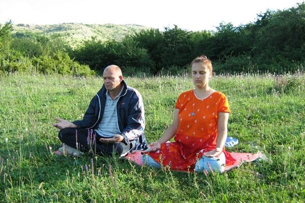 Медитація на галявині. Сахаджа-йога.Фото:Павло Хулін/The Epoch Times Україна